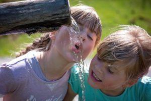 niños, beber, fuente, agua