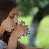 Los niños que no beben agua toman el doble de calorías