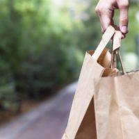 El uso de bolsas de papel ahorra el CO2 de 50.000 hogares