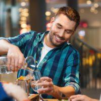 """Los españoles sienten """"vergüenza"""" al pedir agua del grifo en un bar"""