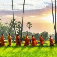 Los monjes budistas se visten de plástico reciclado
