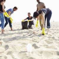 Seis iniciativas para limpiar las playas de plástico