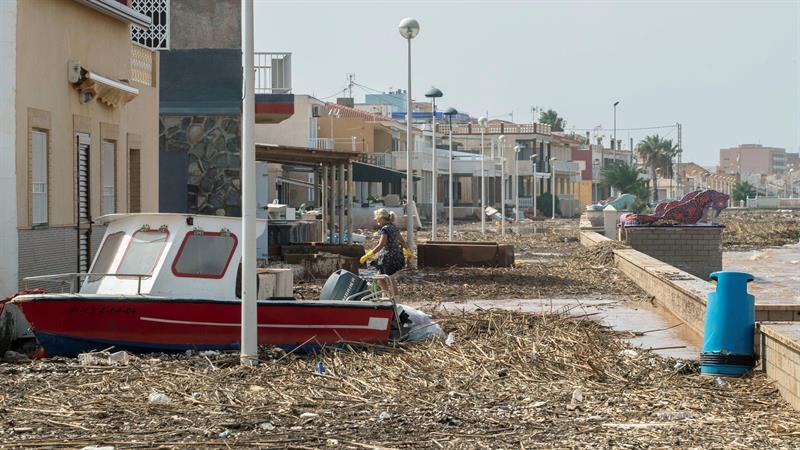Aspecto del paseo marítimo de Los Nietos tras las inundaciones. | Foto: EFE/Marcial Guillén