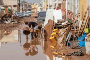 Los vecinos reparan los destrozos causados por las inundaciones en Los Nietos, en la costa del Mar Menor. | Foto: EFE/ Marcial Guillén