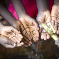 Solo un 1% de la población mundial mejora en agua potable y saneamiento