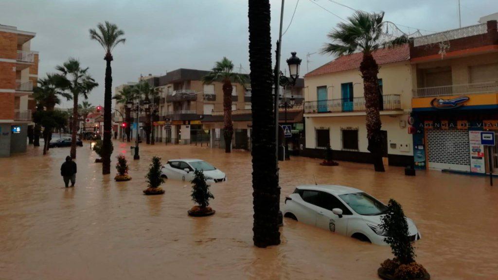 Las calles de los Alcázares anegadas por la lluvia | Twitter: @RTVEMurcia