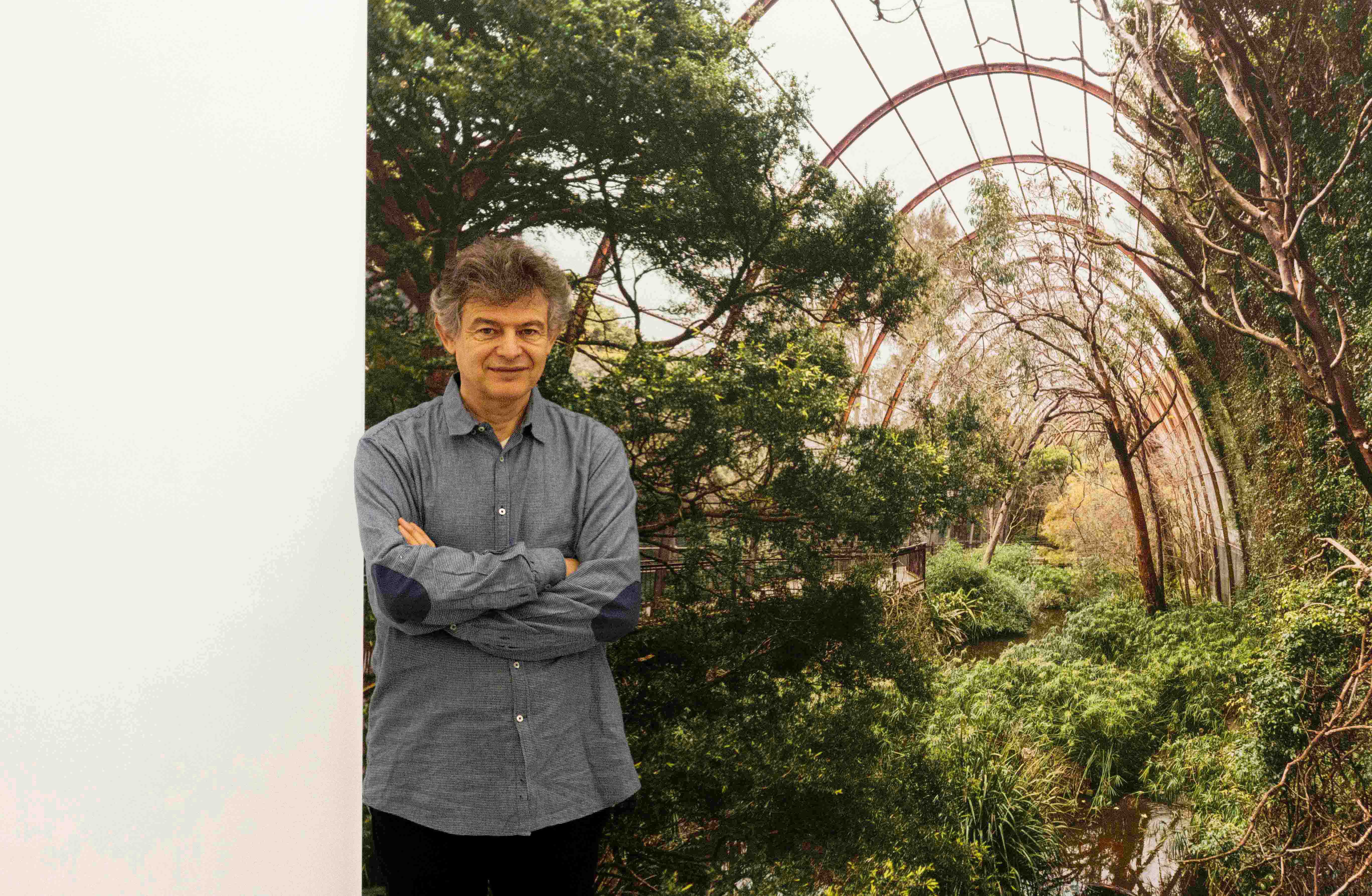 "José Manuel Ballester junto a ""Lugar para las aves 1"" (Melbourne). Fotografía de Paloma Hiranda"