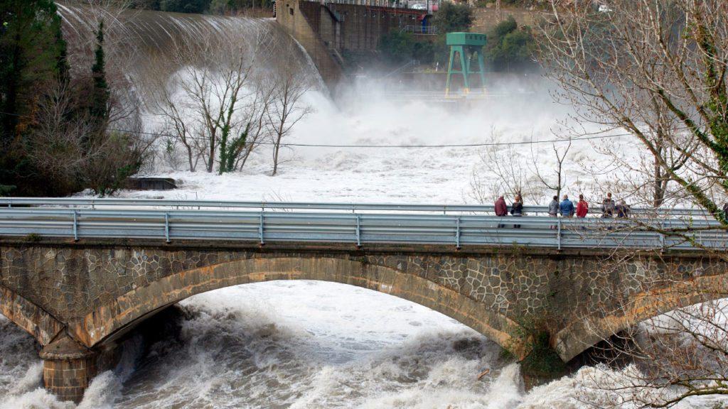 """El río Ter, a su paso por la presa del Pasteral tras las intensas lluvias producidas estos días en la provincia de Girona por la borrasca """"Gloria""""   Foto: EFE / David Borrat"""