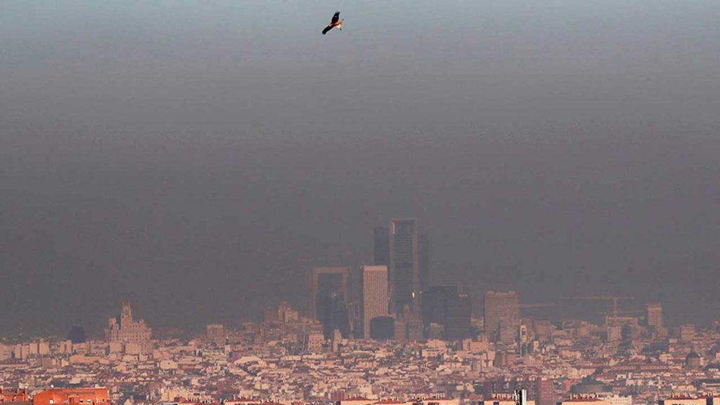 Capa de contaminación sobre la ciudad de Madrid vista desde Getafe. Madrid Central, la zona de bajas emisiones puesta en marcha a finales de 2018, ha permitido alcanzar la máxima reducción de la última década en los niveles de dióxido de nitrógeno (NO2) de la ciudad, mientras que en el resto de los contaminantes la situación es similar | Foto: EFE / Juan Carlos Hidalgo