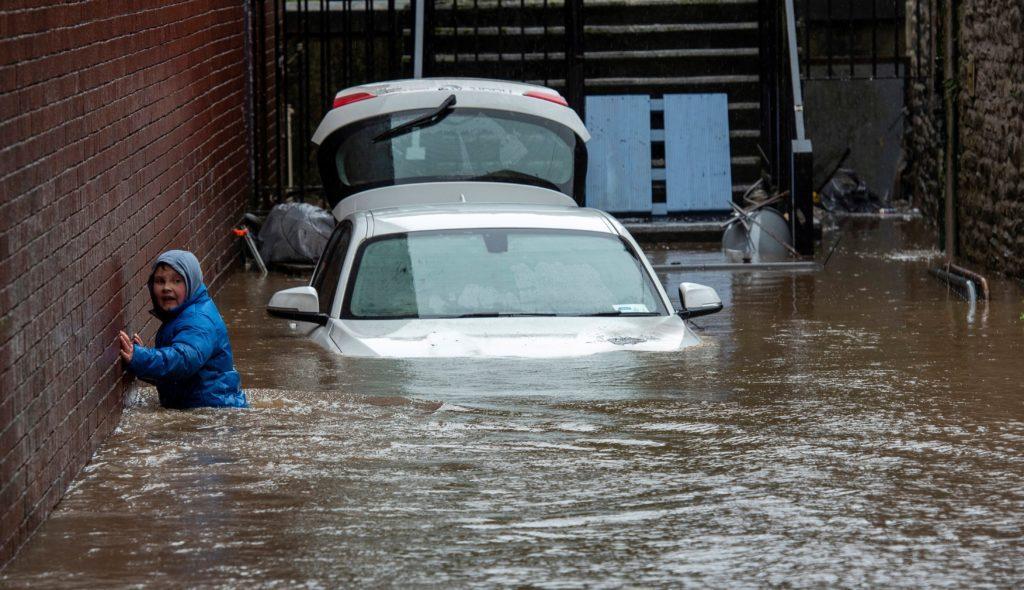 DENNIS ANEGA EL REINO UNIDO. Los británicos están con el agua por las rodillas. Cuando el país aún no se había recuperado de la tormenta Ciara, ha aparecido un nuevo temporal, Dennis, para no dar tregua a los habitantes. Las Islas Británicas están sufriendo graves inundaciones tras el paso de la tormenta, una de los peores registradas en los últimos años. Hasta el momento, se ha saldado con la muerte de cuatro personas y un desaparecido | Foto: EFE / EPA / NEIL MUNNS
