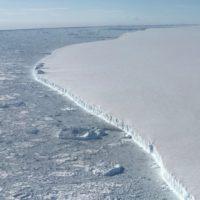 El iceberg más grande del mundo se desplaza mar adentro