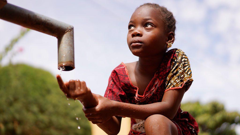 El agua es un recurso esencial para el ser humano, sin embargo, cerca de 1.100 millones de personas aún carecen de agua potable y 2.600 millones no tienen acceso a saneamiento.