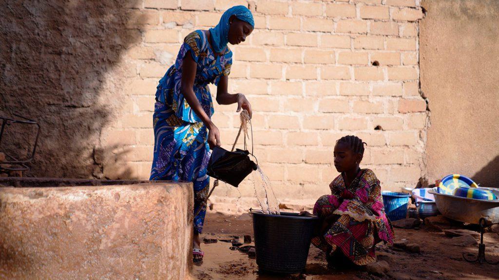 Hay muchas sociedades en las que la mujer juega un papel fundamental en la obtención, manejo y distribución del agua.