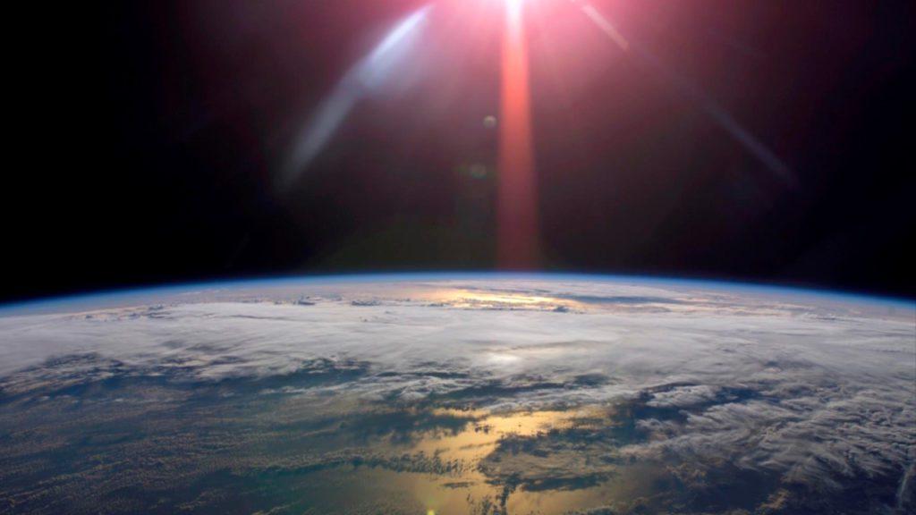 MEDICINA PARA LA TIERRA. Inyectar una dosis adecuada de dióxido de azufre en la atmósfera superior de la Tierra, para espesar la capa de luz que refleja las partículas de aerosol artificialmente, podría reducir los efectos del cambio climático. Es la propuesta de geoingeniería que investigadores del University College de Londres y la Universidad de Harvard, equipo que ha descubierto que reducir a la mitad el calentamiento al agregar aerosoles a la estratosfera podría moderar riesgos climáticos importantes en casi todas las regiones   Foto: EP / UCL