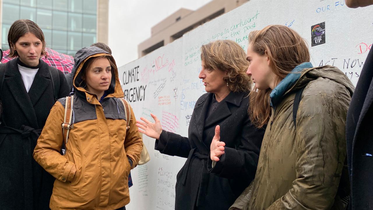 Teresa Ribera conversa con jóvenes en el exterior de la Comisión Europea. | MITECO