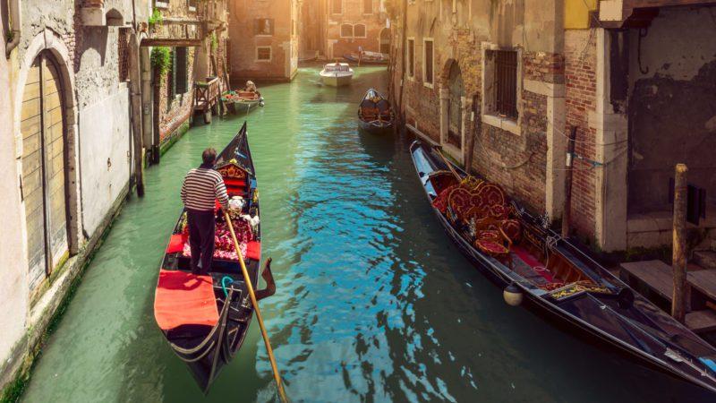 'Con el agua al cuello', intriga en los turbios canales de Venecia
