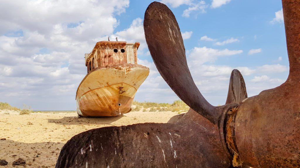 Hélices y barcos varados en el fondo del Mar de Aral.