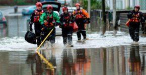 Los oficiales del servicio de emergencia registran la zona afectada por las inundaciones de Nantgarw, cerca de Cardiff (Gales del Sur) después de que la tormenta Dennis golpeara el área | Foto: EFE / NEIL MUNNS