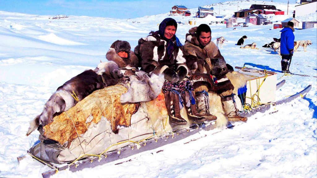 Las tradiciones culturales de los inuit, como vivir en grupos, dificultan las medidas de prevención frente a la COVID-19 | Foto: Ansgar Walk