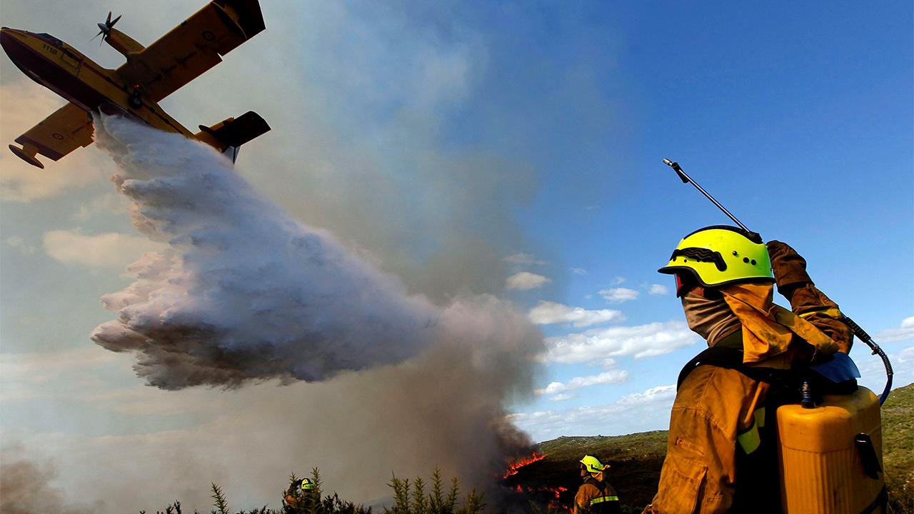 Un hidroavión descarga el agua para sofocar las llamas| Foto: EFE / Kai Försterling