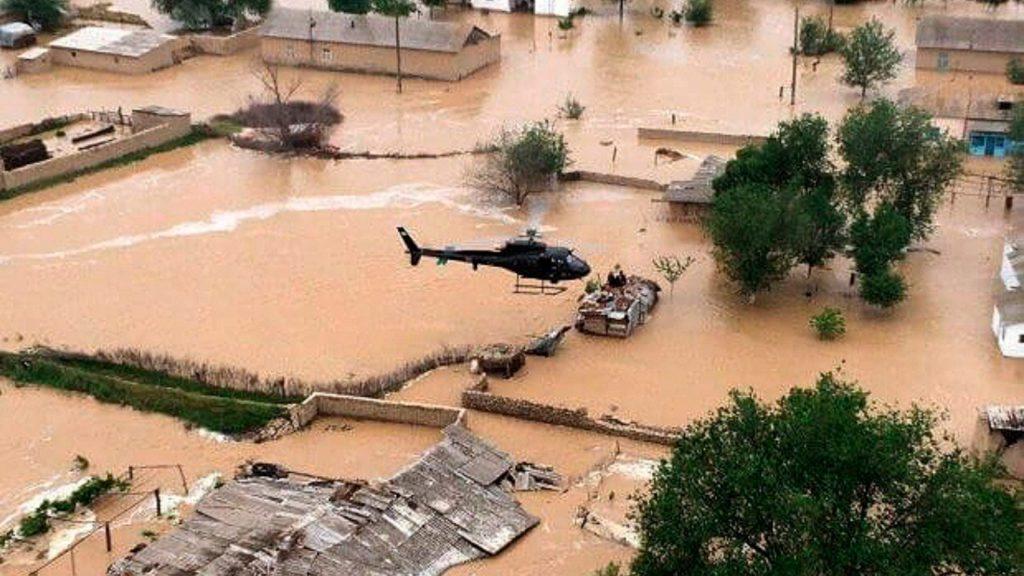 INUNDACIÓN EN UZBEKISTÁN. Cuatro muertos, un desaparecido, 56 personas heridas y al menos 70.000 personas fueron evacuadas al este de Uzbekistán tras a las inundaciones provocadas por la rotura del muro de la represa de Sardoba. Las fuertes lluvias y los vientos huracanados provocaron un aumento inusual en la represa que finalmente explotó y provocó el desbordamiento del río. En la imagen, una vista aérea de la operación de rescate en una aldea inundada cerca de una presa en el embalse de Sardobskoye   Foto: EFE / EPA / UZBEK EMERGENCIAS MINISTERIO SERVICIO DE PRENSA