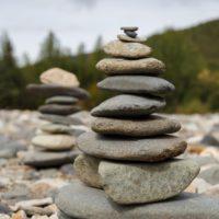 Apilar piedras, una moda nociva para la flora y fauna
