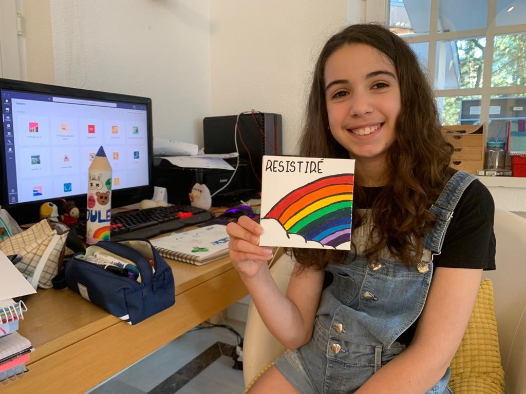 Julia, de 10 años, enseña su dibujo