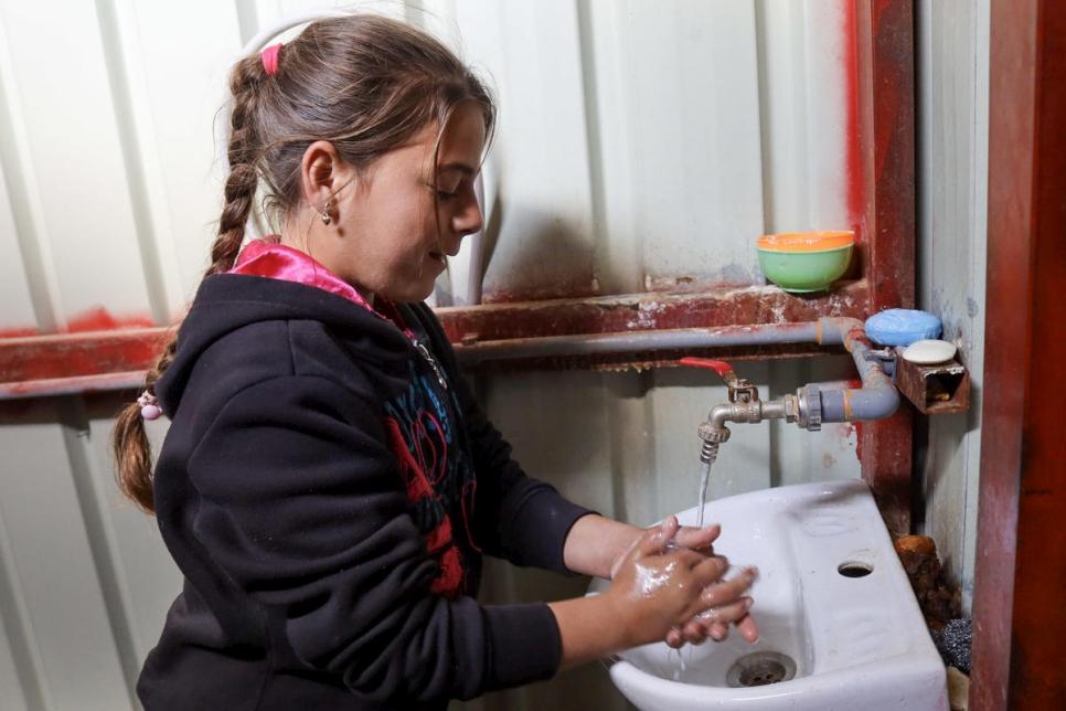 Una niña siria se lava las manos en el campamento de refugiados de Za'atari, de acuerdo con las directrices de la OMS para prevenir la propagación de la pandemia del coronavirus COVID-19. © ACNUR / Mohamad al-Taher