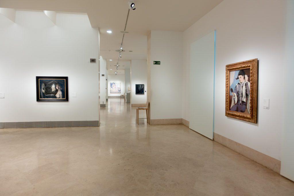 A la izquierda Mujer ante el espejo, de Paul Delvaux; a la derecha Arlequín con espejo, de Pablo Picasso; y al fondo Mujer en el baño, de Roy Lichtenstein. | Foto: Paloma Hiranda