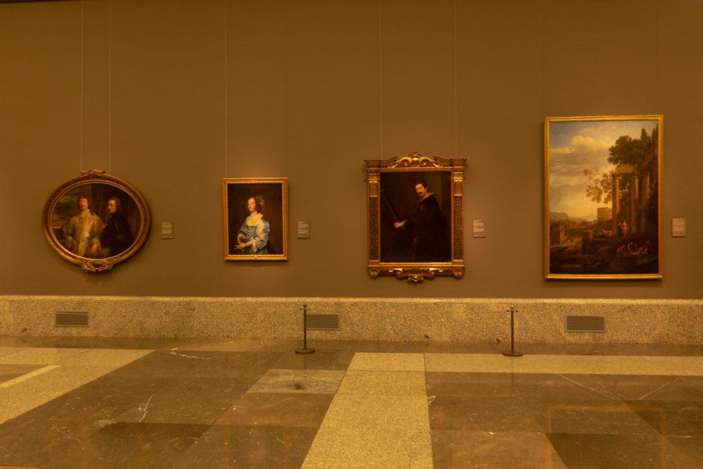A la izquierda tres obras de Van Dyck junto a un paisaje de Claudio de Lorena. | Foto: Paloma Hiranda