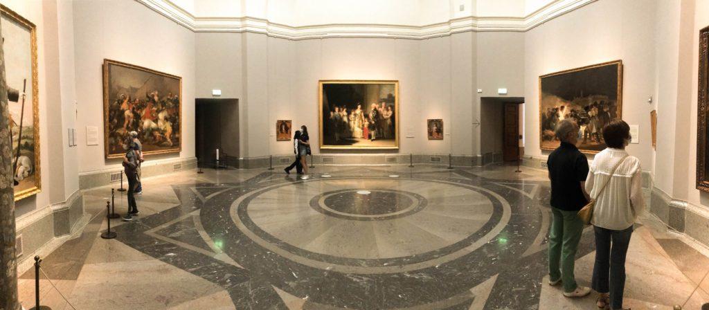 Vista de la sala 32 La Familia de Carlos IV (1800) flanqueado por El 2 y 3 de mayo (1814) todos ellos de Francisco de Goya. | Foto: Paloma Hiranda
