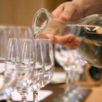 Bruselas garantiza el consumo gratuito de agua del grifo en restaurantes