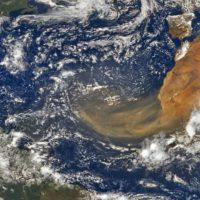 Una nube de polvo africano viaja en dirección a América
