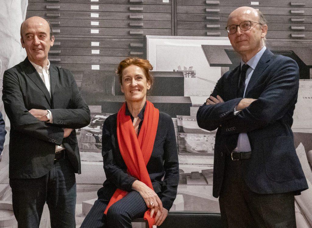 De izquierda a derecha: Vicente, Marisa y Javier Sáenz Guerra, arquitectos, hijos de Francisco Javier Sáenz de Oíza, y comisarios de la exposición. | Foto: Cortesía de la Fundación ICO