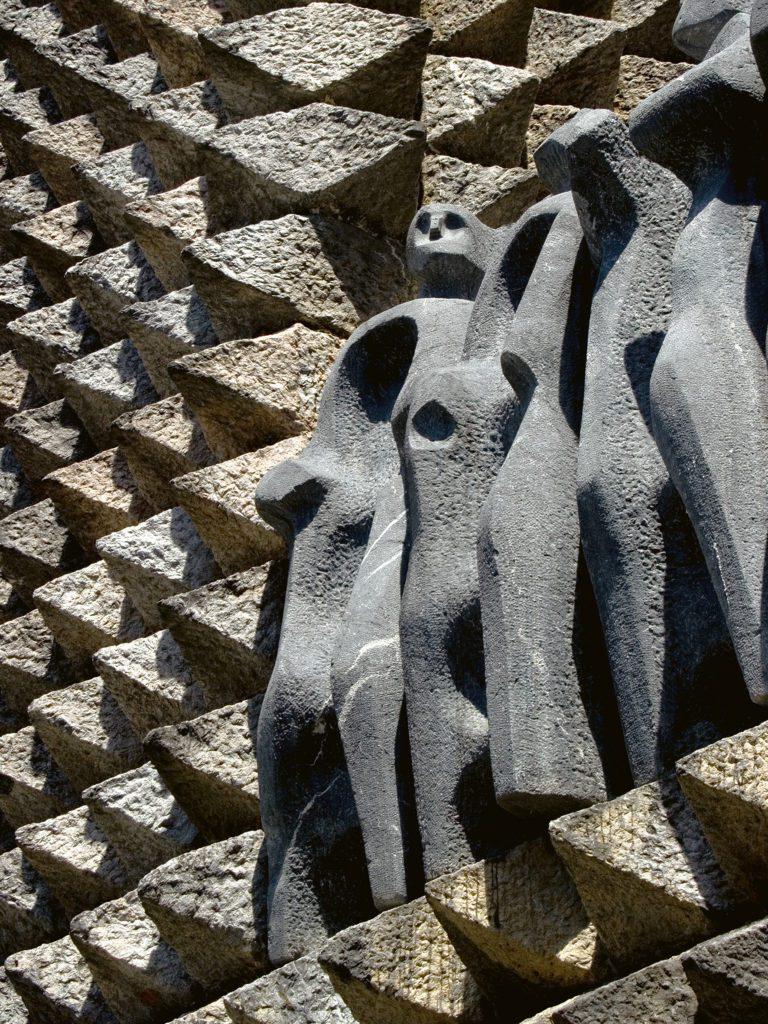 Esculturas de los apóstoles de Jorge Oteiza en la fachada de Aránzazu.   Foto: Jesús Herrero Marcos