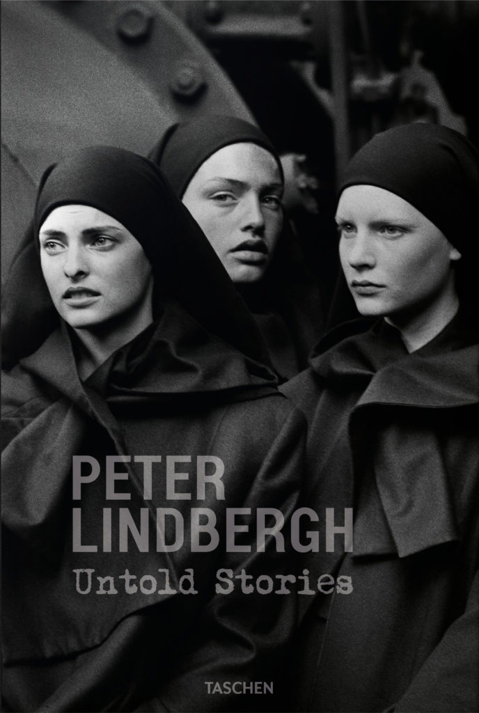 Portada del catálogo Peter Lindbergh. Untold Stories, editado por Taschen. De izquierda a derecha: Linda Evangelista, Michaela Bercu y Kisten Owen, Pont-à-Mousson, 1988. © Peter Lindbergh. Cortesía de Peter Lindbergh, París