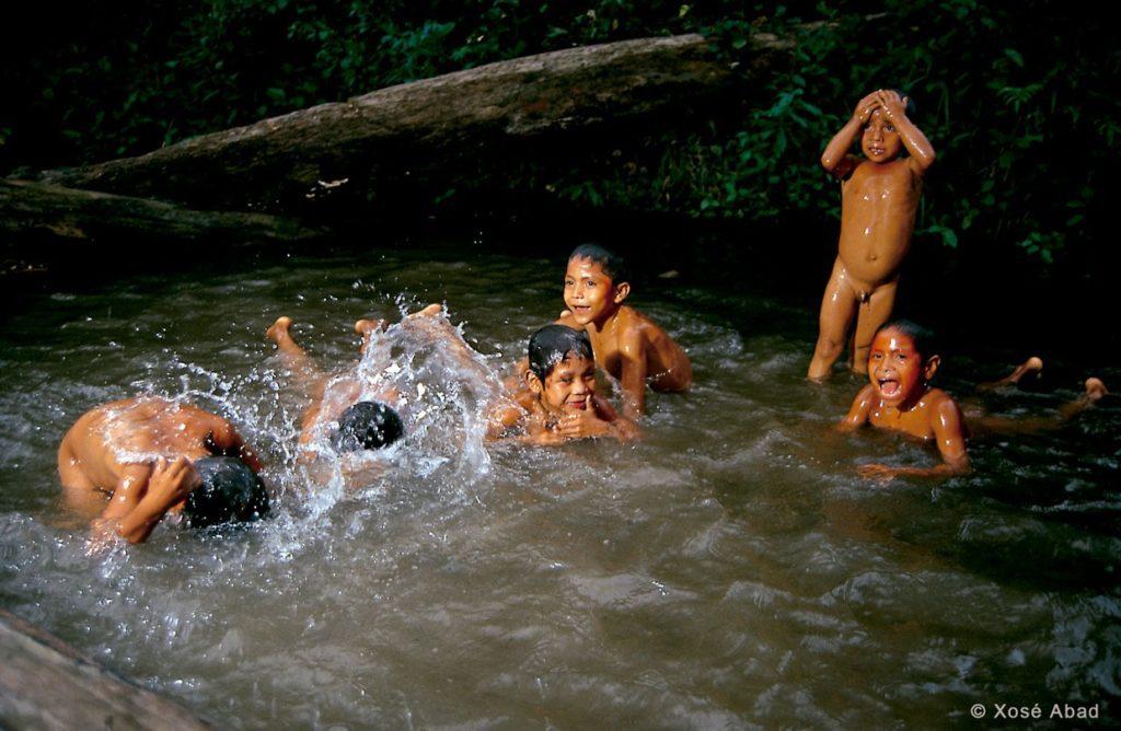 El río lo es todo para ellos, pero hace muchos años que se lo disputan las eléctricas y los cárteles de la droga, que lo utilizan para transportar cómodamente la coca. | Foto: Xosé Abad