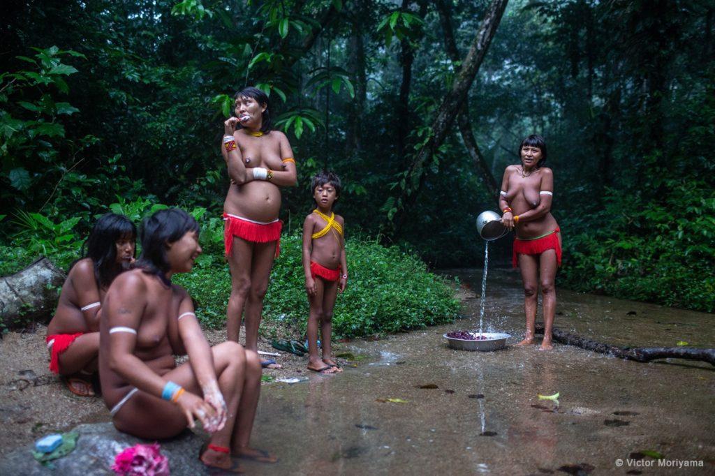 Los Yanomami de la aldea Watoriki, en Roraima (Brasil), comparten tiempo de aseo y diversión. | Foto: Víctor Moriyama