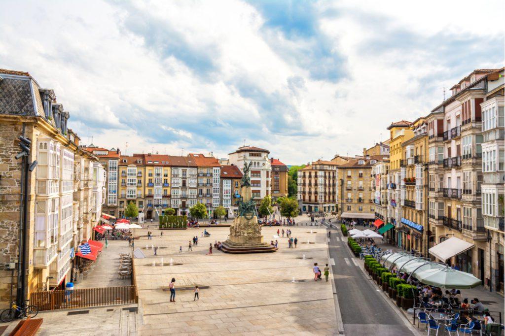 Plaza de la Virgen Blanca en Vitoria, ciudad declarada Capital Verde Europea y en la que el urbanista Salvador Rueda ha intervenido para mejorar los usos públicos del espacio.   Foto: Jon Chica
