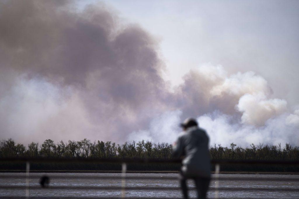 Columnas de humo causadas por los incendios en el delta del río Paraná a la altura de Rosario (Argentina) a finales de julio de 2020.   Foto: EFE/ Franco Trovato Fuoco