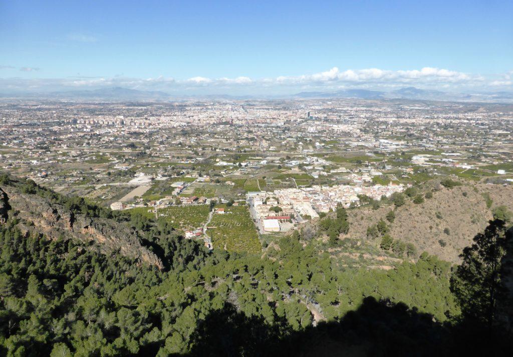 Vista actual del paisaje tremendamente humanizado que se observa desde el nido histórico de quebrantahuesos hallado en Murcia. | FOTO: Francisco Montoro