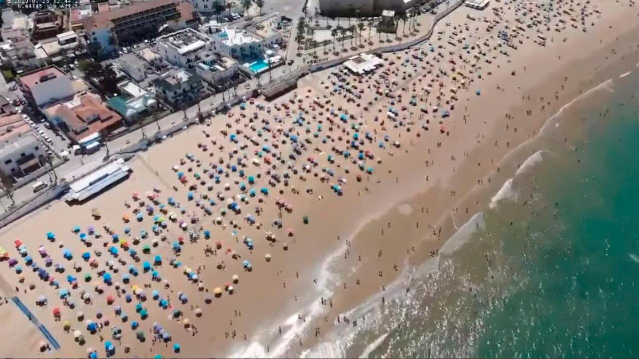 Una captura aérea realizada por el medio inglés SkyNews de una playa en Chipiona muestra el distanciamiento social en el lugar | Foto: SkyNews