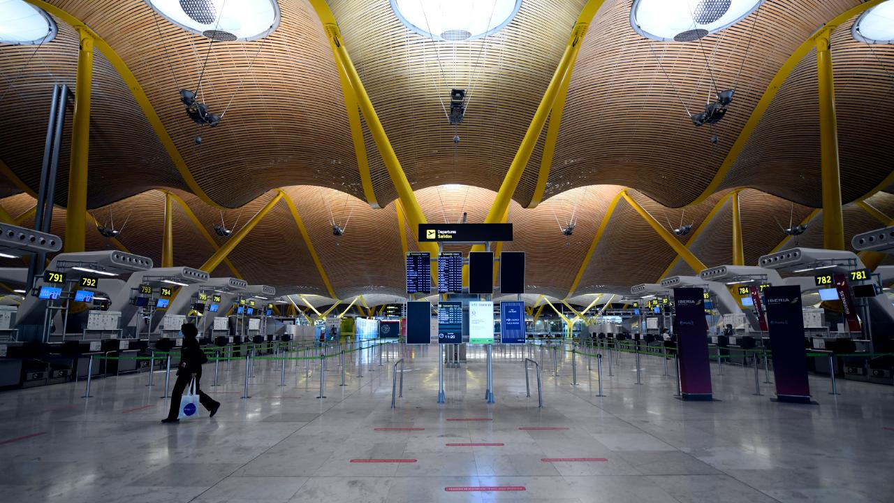 Terminal T4 casi vacía en el Aeropuerto de Madrid-Barajas Adolfo Suárez, en Madrid | Foto: EP / Óscar Cañas