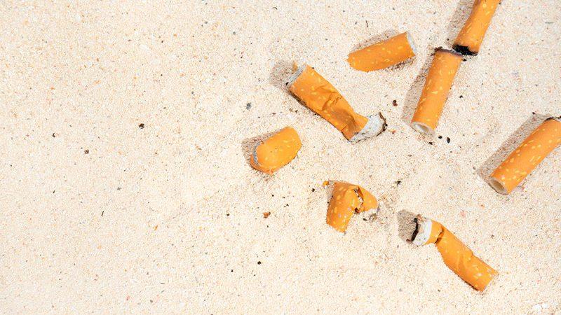 ¿Habría que prohibir fumar en las playas?