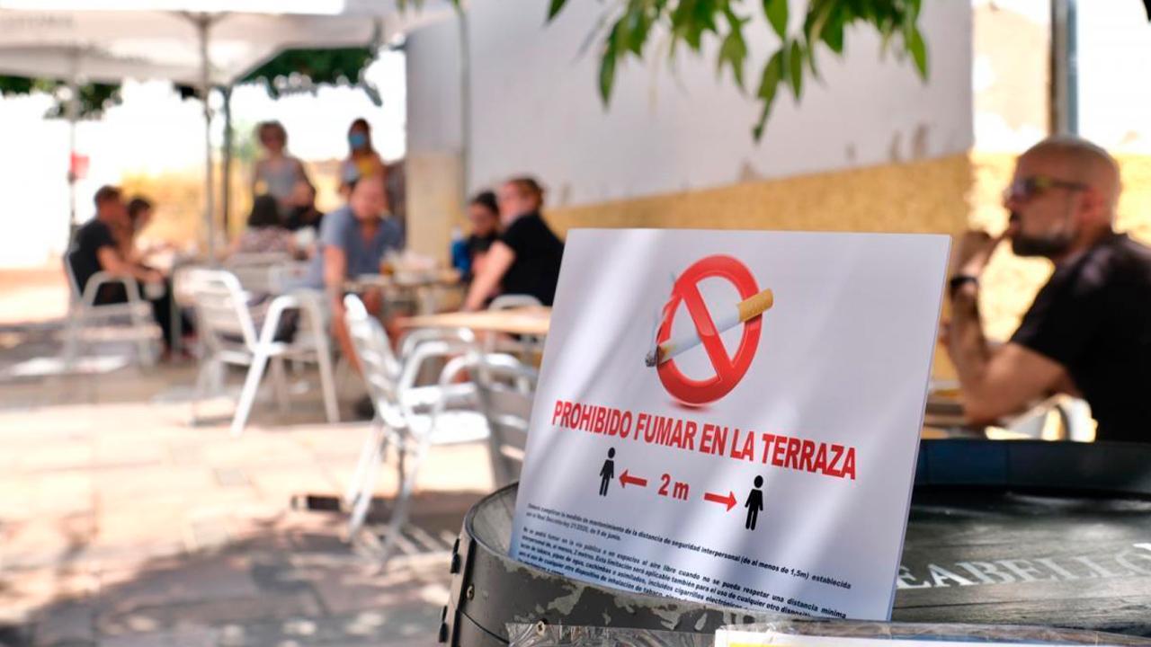 Cartel de prohibido fumar en una terraza de la capital | Foto: Manuel Murillo