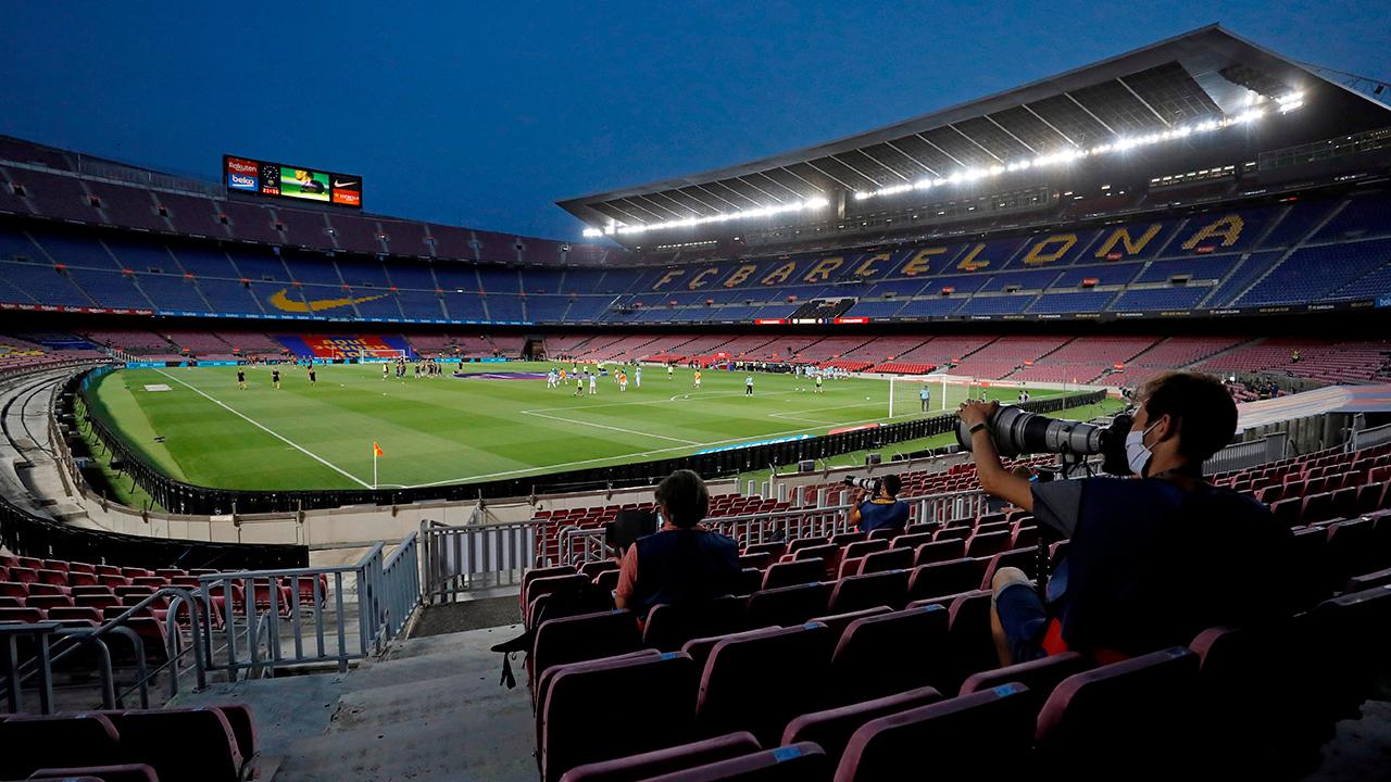 Los jugadores del FC Barcelona y del RCD Espanyol calientan este miércoles en el Camp Nou vacío poco antes del partido | Foto: EFE / Alberto Estévez