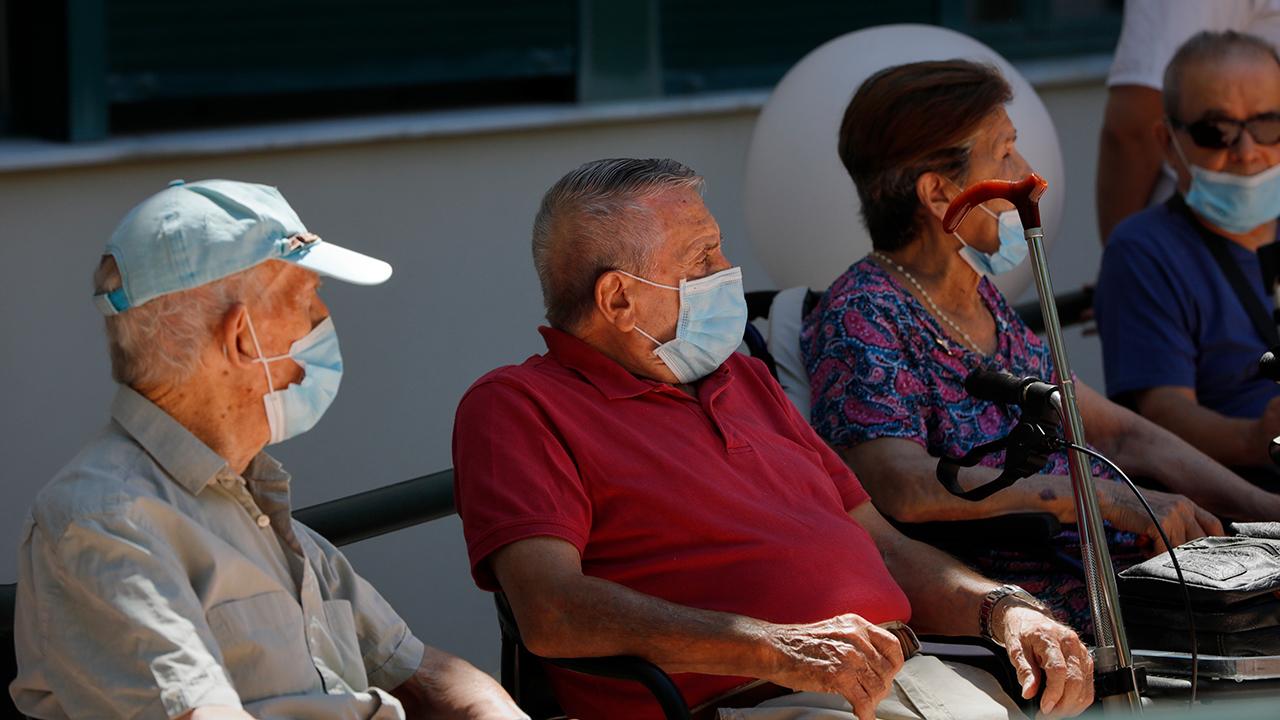 Varias personas mayores protegidos con mascarilla en Cienpozuelos | Foto: EP / Jesús Hellín