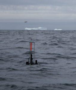 Una boya Argo emerge no muy lejos de un iceberg en la bahía de Baffin | Foto: Pascaline Bourgain-Takuvik