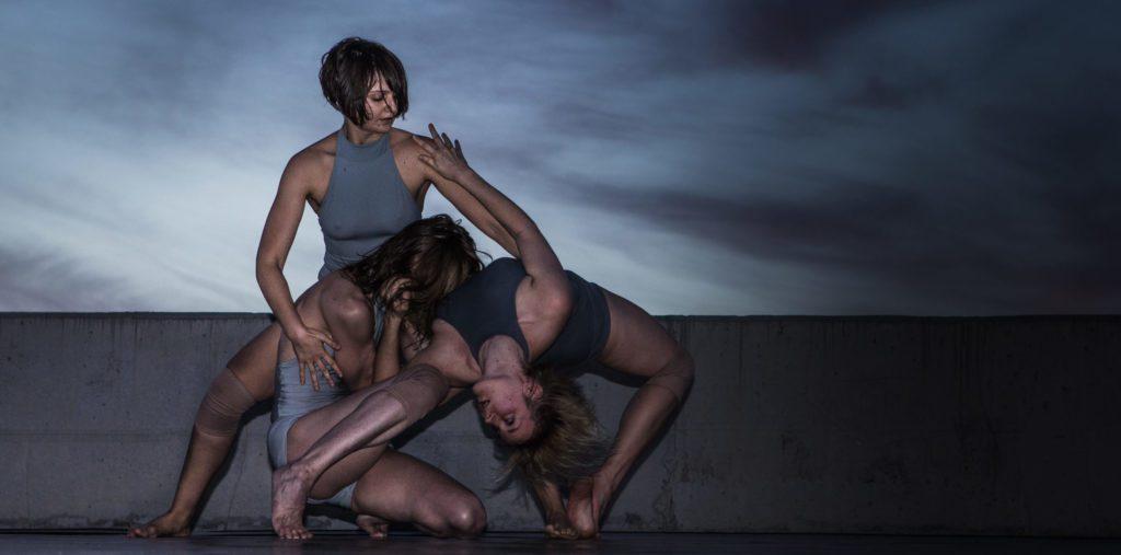 Escena de la coreografía 'Earth, sea, sky', montaje que forma parte de la programación del festival Mar de Mares de A Coruña de 2020. | FOTO: J. C. Arévalo
