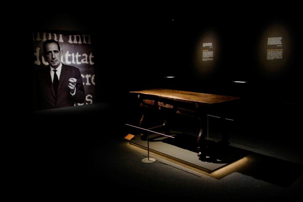 Detalle de la exposición sobre Miguel Delibes en la Biblioteca Nacional, donde se ve la mesa de trabajo del escritor vallisoletano. | Foto: EFE/David Fernández